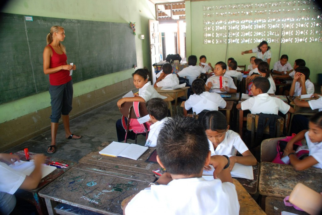 volunteer-stands-with-students-in-costa-rica-latin-america.1200