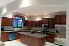 6. LARGE GOURMET KITCHEN!