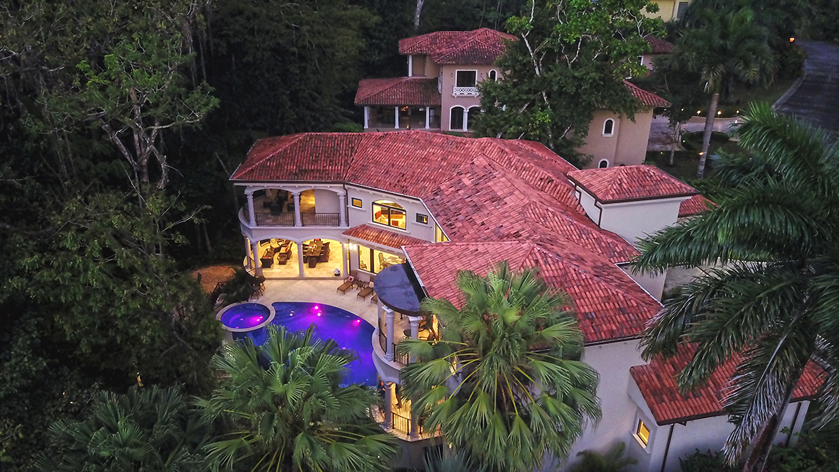 Casa Vista Paraiso – Luxurious mansion, private pool, overlooking the golf course. Built to US standards,  5 bedrooms 6 1/2 baths.
