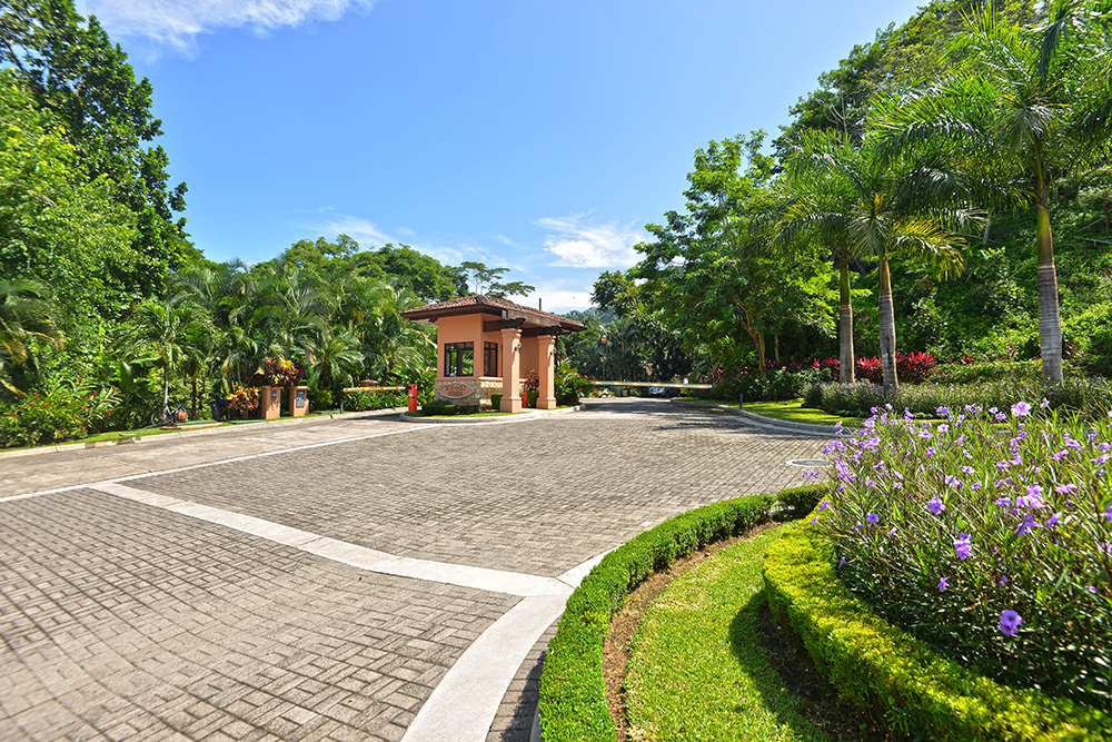 Eco lot 4 Phase I – Located at the prestigious Eco Golf community, surrounded by beautiful homes and rainforest.