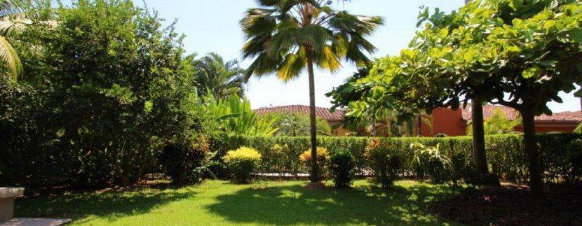 Beach-House-Costa-Rica-lawn